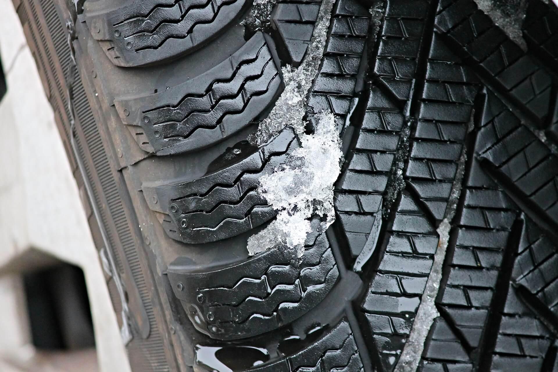 como conducir con nieve o hielo rueda