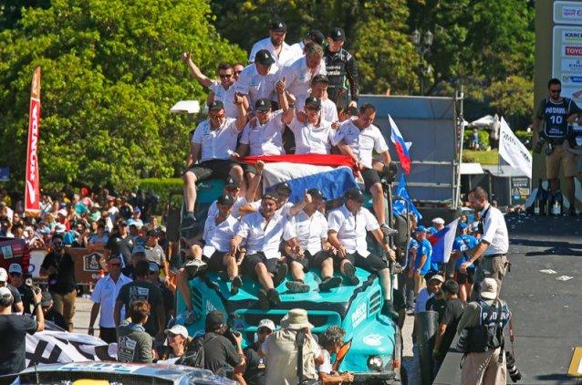 Photo gallery: El equipo De Rooy celebrando la victoria